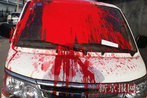 5月13日清晨,停在太阳宫公园西门左近一个胡同内的8辆灵活车被不明人士泼上了红油漆。 车主杨老师供图