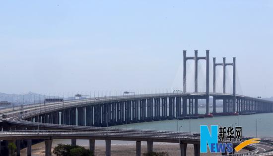 """5月12日,车辆行驶在泉州湾大桥上。当日,长度全国第六、福建第一的跨海交通基础设施工程―泉州湾大桥建成通车。泉州湾大桥全长26.7公里,概算总投资达69.23亿元。大桥贯通后,泉州湾南北两岸连通,环城高速公路闭合成环,将直接推动环泉州湾980平方公里经济圈的建设,助力""""21世纪海上丝绸之路""""先行区的建设。新华社发(张九强 摄)"""