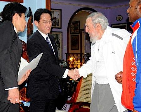 日本政府公开外相与老卡斯特罗会谈照片(图)