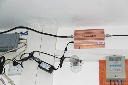 城中村居民家中安装的手机信号放大器-城中村居民私装放大器 手机 哑 图片