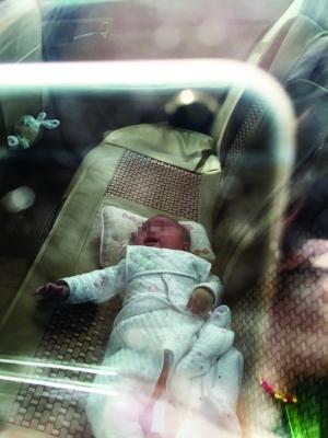 孩子在车内大哭 图片均由报料人提供