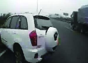 越野车失控撞上护栏 视频截图