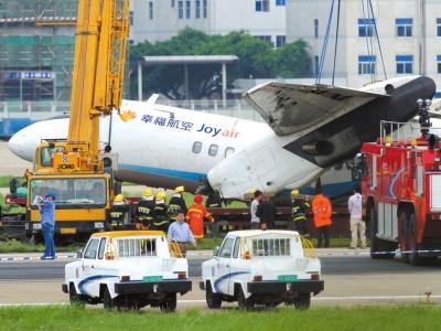 5月10日,救援人员在起吊幸福航空事故飞机。资料图片