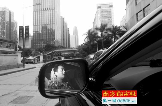 4月10日下午,广州珠江新城左近,黄徒弟接单后即刻开车去接客户。南都记者 冯宙锋 摄