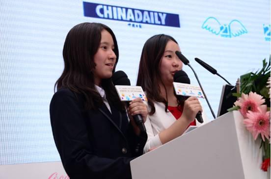 赛事精英选手代表北京语言大学李靖琳(右)、北京四中刘海琳发布全年公益活动计划