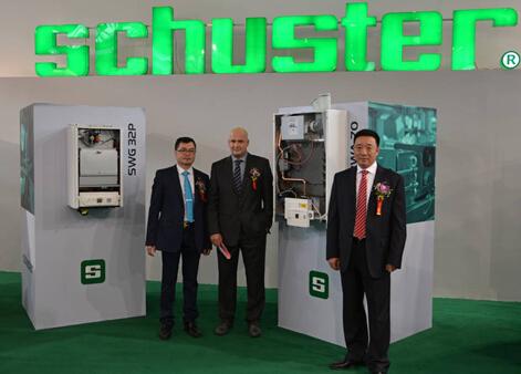 万和副总裁杨颂文(左一)、热能科技拓展中心总经理王柱小(右一)陪同Unical公司总经理Sergio