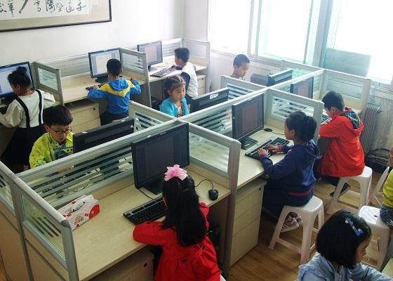 孩子们通过电脑了解网络世界