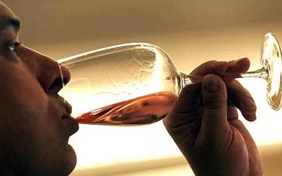 美食 正文  中国人喝白酒时讲究酒满心诚,葡萄酒则不是.