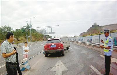 12日早上,渝北区悦福小道,一辆雪佛兰和一辆面包车由于互相别车发作擦挂。