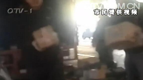 """12日天,山东青岛下起了雨,而市民杨先生在杭鞍快速路的桥底下看见这样一幕:当时快递公司的工作人员正在分拣包裹,但是他们的操作很是""""潇洒"""",当然这个潇洒要打上引号了。"""