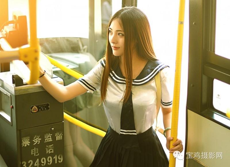 13日,一组公交车上所拍美女的清纯照片吸引了网友眼球.