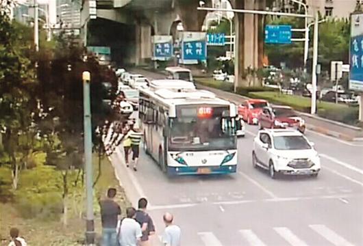 图为:身着蓝白条纹T恤的司机在飞踹旷先生(视频截图)