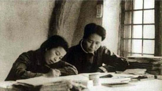 材料图:江青与毛泽东在延安窑洞。