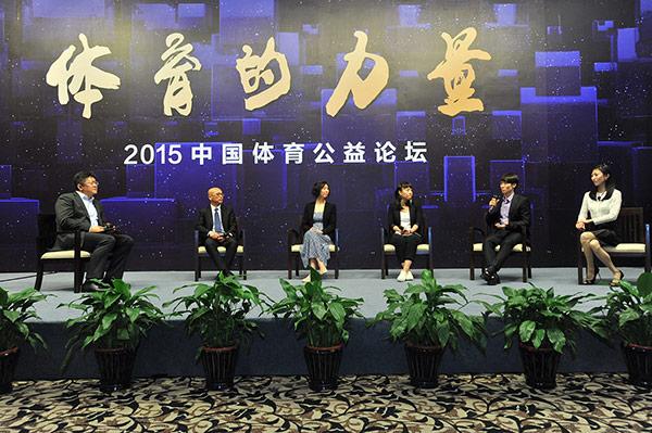 张庆、叶钊颖、钱红、庞清、佟健与主持人张斌进行讨论