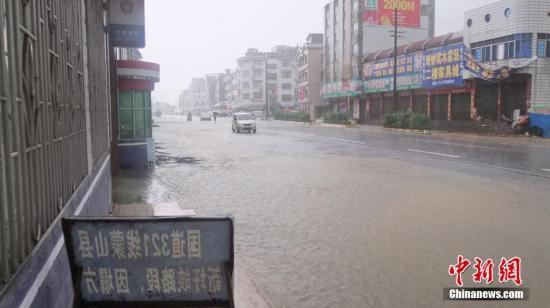 15日凌晨,广西梧州市蒙山县突降暴雨。图为国道321线蒙山县黄村镇大化开发区路段积水严重。 莫天林 摄