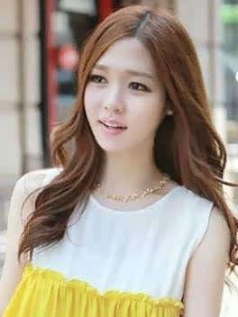 > 这款发型给人优雅大方的公主范,过眉的薄薄齐刘海很好修饰了精致的图片