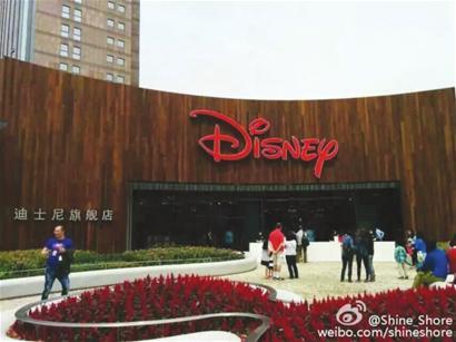 """本报讯 (记者 贺 玥)全球最大的迪士尼旗舰店落户浦东陆家嘴,本周三,这座孩子们的""""梦幻天堂""""将正式对外迎客。上海迪士尼商店商品种类多达2000种,其中有99%的商品仅在全球迪士尼商店发售。"""