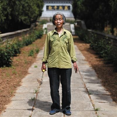 昌平兴寿镇桃林村,72岁的刘春芝退休后不断?;び率磕?,至今曾经8年。园内通道双方的动物都由白叟亲自莳植。练习生 彭子洋 摄