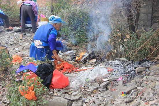 老人们准备好松香纸钱等祭祀用品,虔诚祈福。