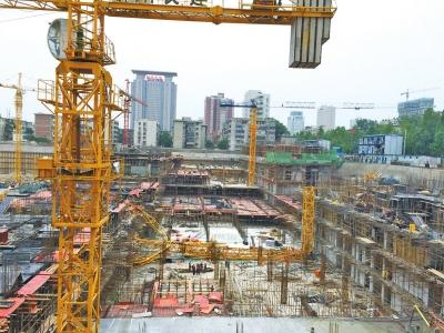 郑州一工地20米高塔吊突然倒塌 塔身从中折断