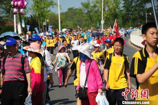 民众参与大连国际徒步大会 刘美行 摄