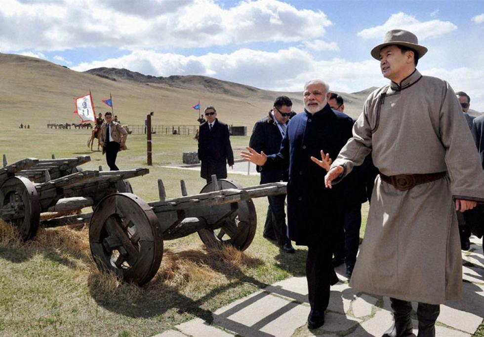 印度总理莫迪访问蒙古国 穿蒙古袍体验射箭(组图)-搜狐滚动
