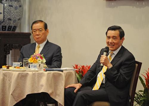 """台湾政府指导人马英九(右)5月20日就任将届7周年,他18日上午在台北与媒体记者茶叙。台湾""""中心社"""""""