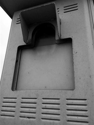 5月6日上午十�c�[布,北�雒飞浇痪�中�的交警在�鹊刂芯��r辣村左近巡查�r�l�X,路�一���y速�x的�R�^上被��上了�t漆,明�@是有人歹意所��。北�鼋痪�大��I前��_考察。