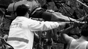 200多斤的受伤男子被吊上山谷 通讯员供图