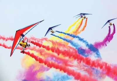 色彩斑斓的三角翼在天空进行特技表演