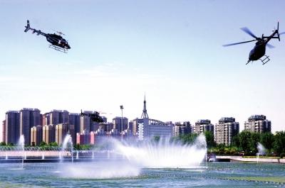 直升机在广场喷泉上空盘旋