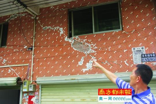 业主周浩棠指着自家的租借房,报告壁体开裂的委曲。南都记者 刘辉龙 摄