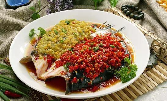 湖南剁椒鱼头_美食 正文  剁椒鱼头是湖南湘潭以及湘赣交界地方的一道汉族传统名菜