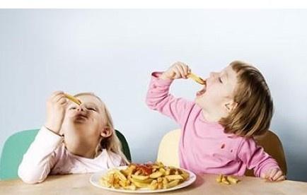 儿童吃零食危害大,如何挑选零食图片