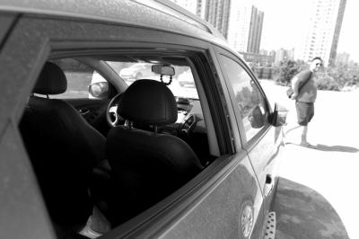 昨日中午,事发暂时泊车场仍停有被砸车辆。京华时报记者赵思衡摄