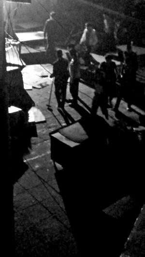 """今天,向阳区芍药居北里社区腾盛农贸商场门口一片散乱,几十家商户站在废墟上欷�[不已。5月18日清晨1点半,社区物业带上百人来到现场,强行撤除多间繁难房及几十个菜摊儿。抵触中,一位商户腿部被扎5刀。太阳宫大街办城管担任人张队长称,物业举动守法。而物业昨天称,该举动不是拆违,而是清算社区游商游贩,受伤商户是""""本人所为""""。"""