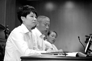 昨天,北京房山法院开庭审理某公司诉人力社保局案,人力社保局副局长(图中白衣女)出庭应诉。北京晨报记者 郝笑天/摄