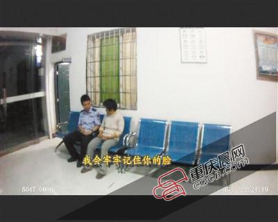 为不变王密斯的心情,民警梁涛在派出所给她唱起了歌。 视频截图
