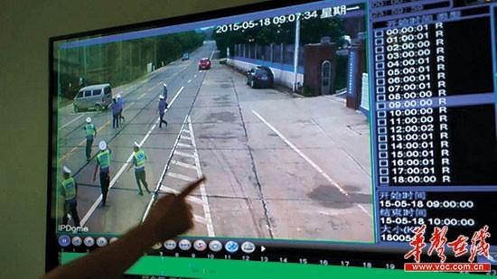 面包车前方,多名法律人员一边追逐个边呼叫招呼,但司机不为所动,接续减速往前开。(视频截图)