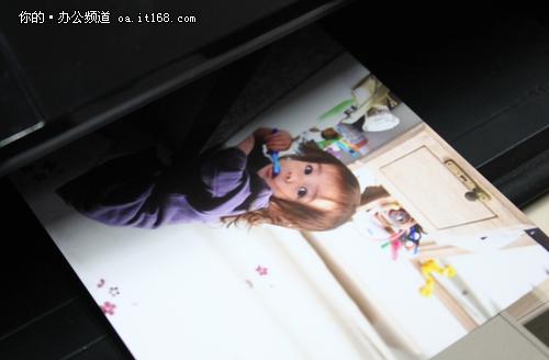 除了使用无线直连功能,使用iPhone、iPad等苹果设备的用户,可能就更加方便操作了,本来孩子们就热衷于在这些设备上游戏,平时保存个游戏进度,存一些喜欢的卡通人物照片,都可以通过苹果Air打印技术,直接与打印机相连,直接就可以打印出来,这样冰冷的数码照片转变为手中温暖的照片输出,这种奇妙的感觉,肯定也会激发孩子们的求知欲望。