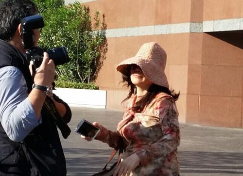 审判中国贪官案洛杉矶登场,赵世兰走出法庭被媒体围堵。美国《世界日报》/丁曙 摄