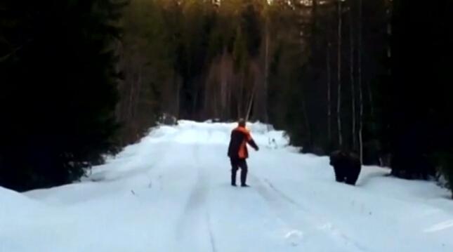 【环球网综合报道】据美国合众国际社5月18日报道,近日,一位名叫拉尔夫・佩尔松(Ralph Persson)的瑞典男子用咆哮吓跑欲袭击他的熊,其表现出来的勇敢让人敬佩。