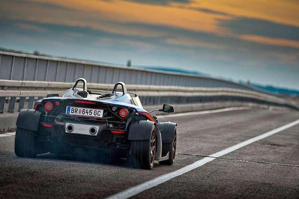 过 50 年的造车经验.早在 1998 年,首次参加第 20 届达喀尔拉力赛的