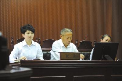 房山人社局副局长(左一)出庭应诉。京华时报记者蒲东峰摄