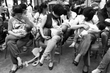 """在众人的注目下,宝鸡60多位年轻的妈妈撩开衣角,一起给孩子哺乳。昨日是全国母乳喂养宣传日,一场哺乳""""快闪""""活动在一商场门口进行,后因天气原因挪至宝鸡市妇幼保健院儿童医院进行。母乳妈妈们以温馨的方式传达母爱的力量,展现自然哺育之美,呼吁人们对母乳喂养的关注与支持。"""