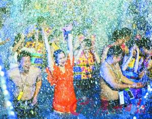 """昨夜的长隆水上乐土,多对情侣齐聚高喊""""520我爱你""""。广州股票 记者庄小龙摄"""