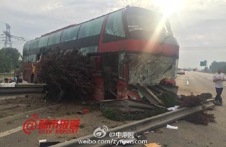 大巴车高速上撞护栏 乘客被甩出车外