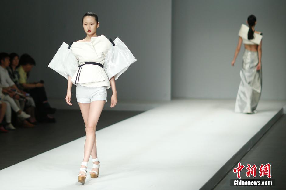 5月20日,模特在t台上展示年轻设计师设计的时装.