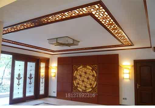 除了在进门玄关处用木雕花窗屏风装饰外,客厅,卧室的天花吊顶,电视图片