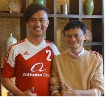 收集红人肖森舟(左)与马云